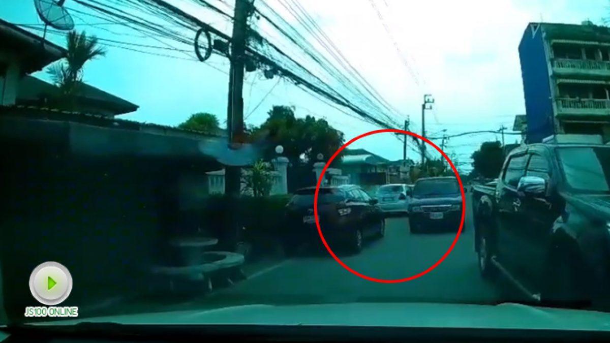 ลุงโมโหอะไรมาถึงต้องใช้อาวุธขู่ผู้หญิง เพราะแค่เรื่องรถขวาง (06-11-60)