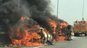 รถชนกัน 3 คัน ก่อนไฟลุกท่วม ย่านถนนศรีสมาน