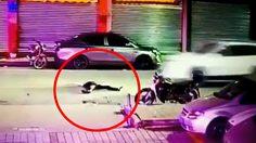 คืนสยอง ชายเมาปลิ้นเดินเซล้มลงนอนกลางถนน รถซิ่งทับร่างตายคาที่