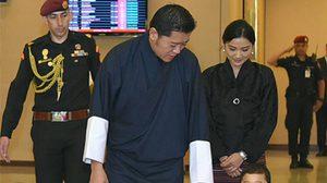 กษัตริย์จิกมี-พระราชินี เสด็จถึงไทย ร่วมพระราชพิธีถวายพระเพลิง ร.9