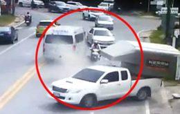 หวาดเสียว!! คนขี่จยย. รอดหวุดหวิด หลังรถตู้วิ่งคล่อมเลน เฉี่ยวชนรถฝั่งตรงข้าม
