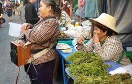 น่ารัก!! คุณป้าขายผักโชว์ลูกคอครวญเพลง ช่วยคนหญิงตาบอดหาเงิน