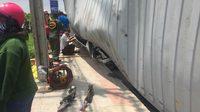 รถบรรทุก 18 ล้อ ทับรถเก๋งพังยับ คนเจ็บติดอยู่ด้านใน เร่งช่วยเหลือ