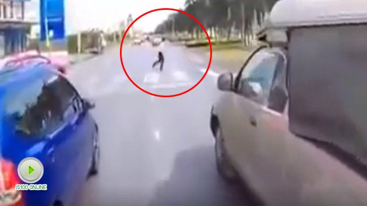 คลิปคนข้ามถนนทางม้าลายแต่จยย. ไม่ทันเห็นชนเต็มๆ (14-12-60)