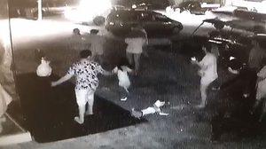 คลิปแฉ! เด็กถ่ายรูปกับหุ่น ทำล้มแตก ผู้ใหญ่พากันวิ่งหนี ไม่รับผิดชอบ