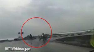 นาทีระทึก!!  ชาวบ้านซิ่งรถหนีสึนามิ หลังพัดถล่มที่อิหร่าน