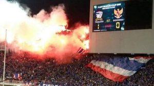 ทำแบบนี้ไม่น่ารักเลย! รุมประณาม แฟนบอลจุดพลุไฟ หลังทีมชาติไทยได้ประตู
