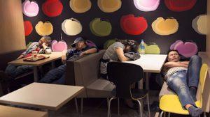 คนไร้บ้านแห่อาศัยฟาสต์ฟู๊ดดังในฮ่องกงหลับนอน