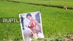 เข้าใจคิด!  หนุ่มอินเดีย ใช้ภาพสาวเซ็กซี่ ทำเป็นหุ่นไล่กา