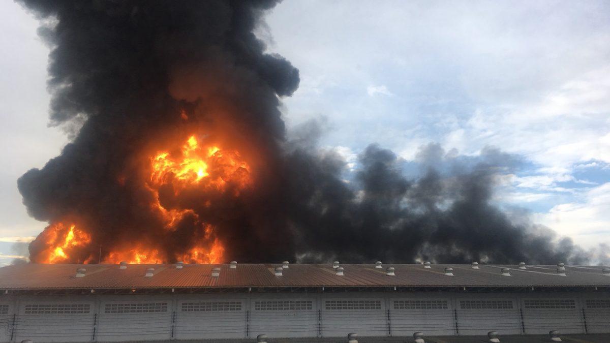 ไฟไหม้โรงงาน ถ.พุทธมณฑลสาย5 ล่าสุดจนท.ดับเพลิงกำลังดำเนินการ (22-10-60)