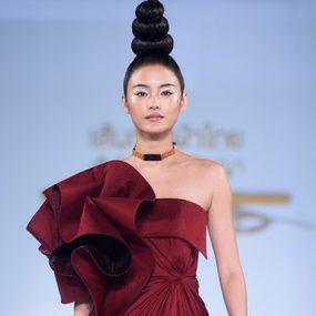 5 แฟชั่นโชว์ ชุดผ้าไทยสวยๆ จาก สุดยอดดีไซเนอร์ แห่ง วงการแฟชั่นไทย