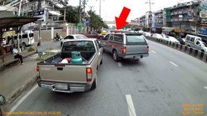 หนุ่มโวยรถตำรวจไร้มารยาท ขับปาดหน้าแทรกเข้าซอย ทั้งที่คันอื่นต่อแถวยาวเหยียด