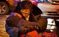 ใจสลาย ชายกอดร่างภรรยา 2 ชั่วโมงกลางถนน หลังจากเสียชีวิต