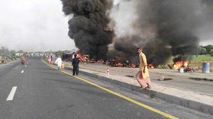 รถบรรทุกน้ำมันพลิกคว่ำ คนแห่แย่งชิงน้ำมัน ก่อนระเบิดในปากีสถาน ดับ123 เจ็บอื้อ!