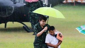 หนุ่มน้อยใจหล่อ! ฝ่าสายฝนเข้าช่วยทหาร หลังนำ ฮ. ลงฉุกเฉินที่พังงา