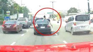 เสียชีวิตแล้ว หญิงโทรศัพท์ขณะข้ามถนน จนถูกรถชน