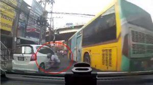 เฉียดตาย! รถเมล์เบรกแตก พุ่งใส่สาวซ้อนท้ายมอเตอร์ไซค์ โชคดีหนีทัน