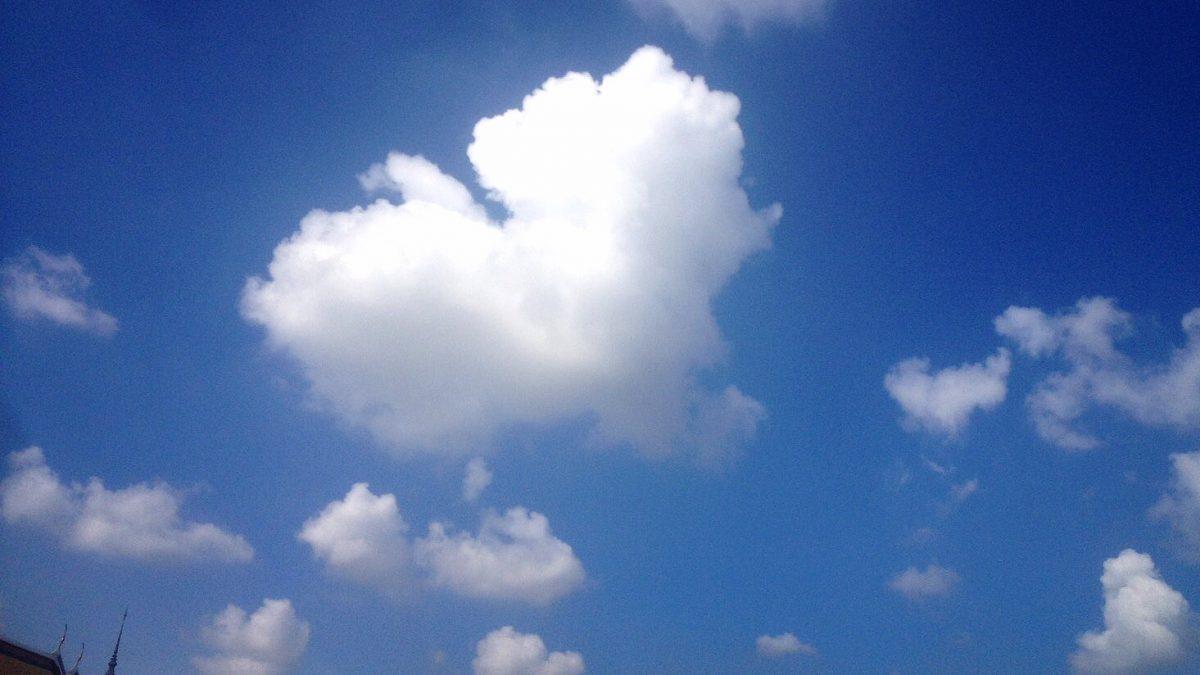 ท้องฟ้าขณะเคลื่อนขบวน พิธีซ้อมใหญ่ (21-10-60) เวลา 10:09 น. เหนือวัดพระแก้ว