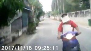 อุทาหรณ์จงระวัง!! อย่าวางกระดาษไว้หน้ารถ จยย. เหตุอันตรายทำรถชน